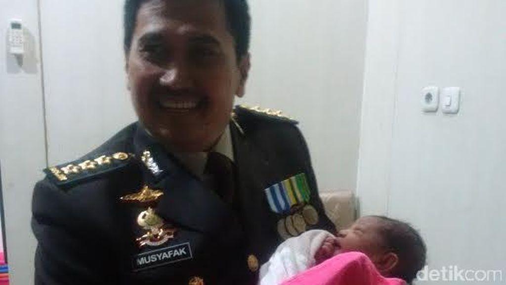Ditolong Polisi, Bayi Yuliana Diberi Nama Syahrini Murni Bhayangkari Wati