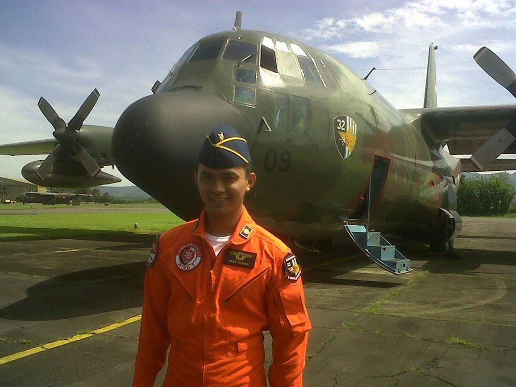 Kepingan Foto Kopilot Dian Sukma dan Pesawat Hercules