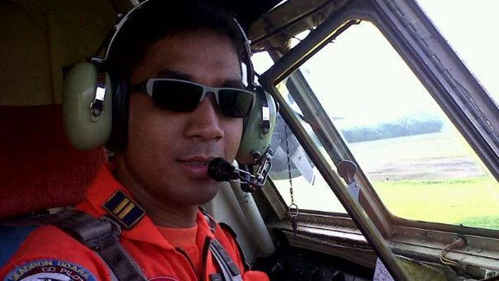 Pose Penuh Kenangan Pilot Sandy Permana di Kokpit Hercules
