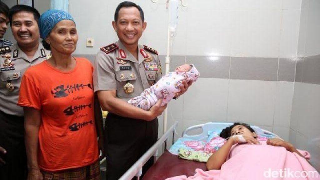 Kapolda Metro Beri Kado Bayi Syahrini dan Ongkos Mudik Ditanggung