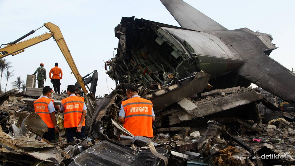 Hercules Jatuh, Saksi: Pesawat Menukik, Hantam Ruko, dan Mobil Meledak