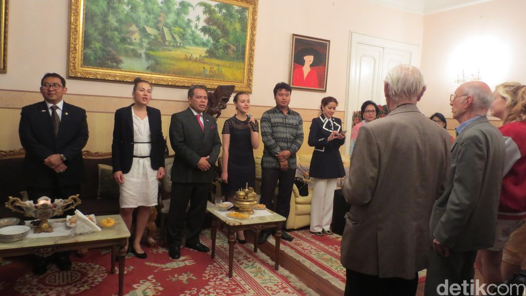 Keren! Warga Rusia Pandu Lagu Rayuan Pulau Kelapa di KBRI