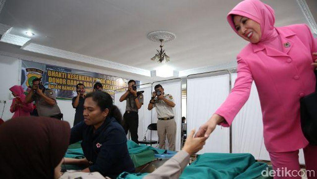Ibu-ibu Bhayangkari Polda Metro Ikut Donorkan Darah