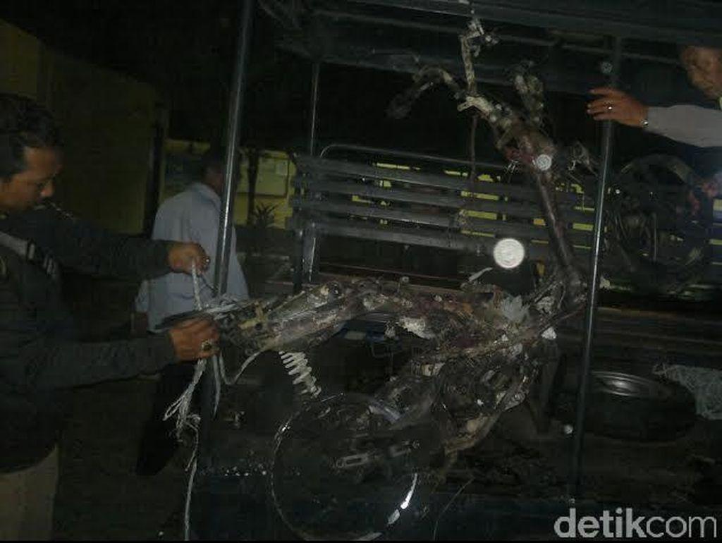 Penjambret Dimassa dan Motornya Dibakar Warga
