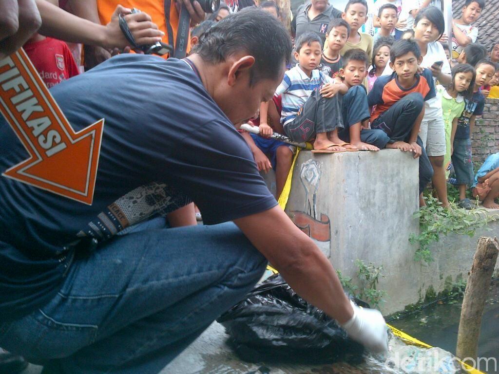 Orok Laki-laki Mengapung di Sungai Gegerkan Warga Semarang