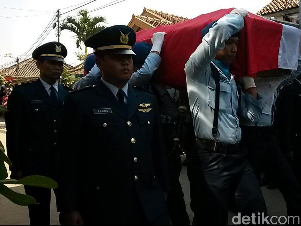Tangis Haru Keluarga dan Warga Iringi Pemakaman Sertu Aang