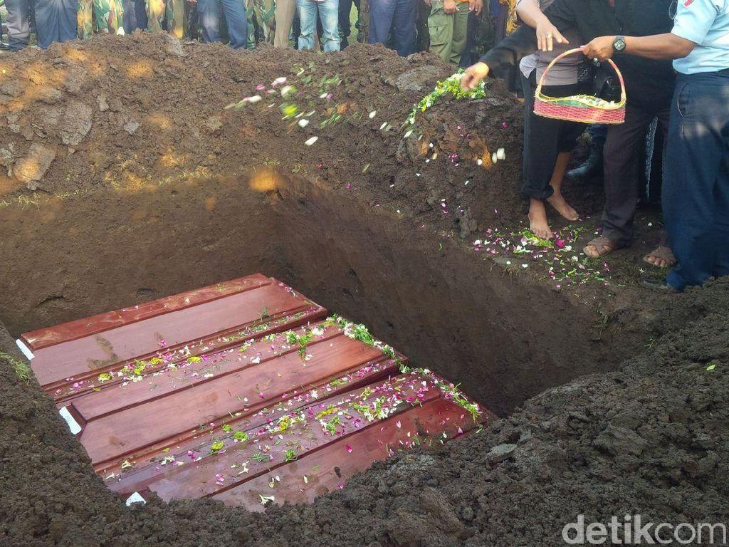 Istri dan Tiga Anak Pelda Ari Dimakamkan Satu Liang