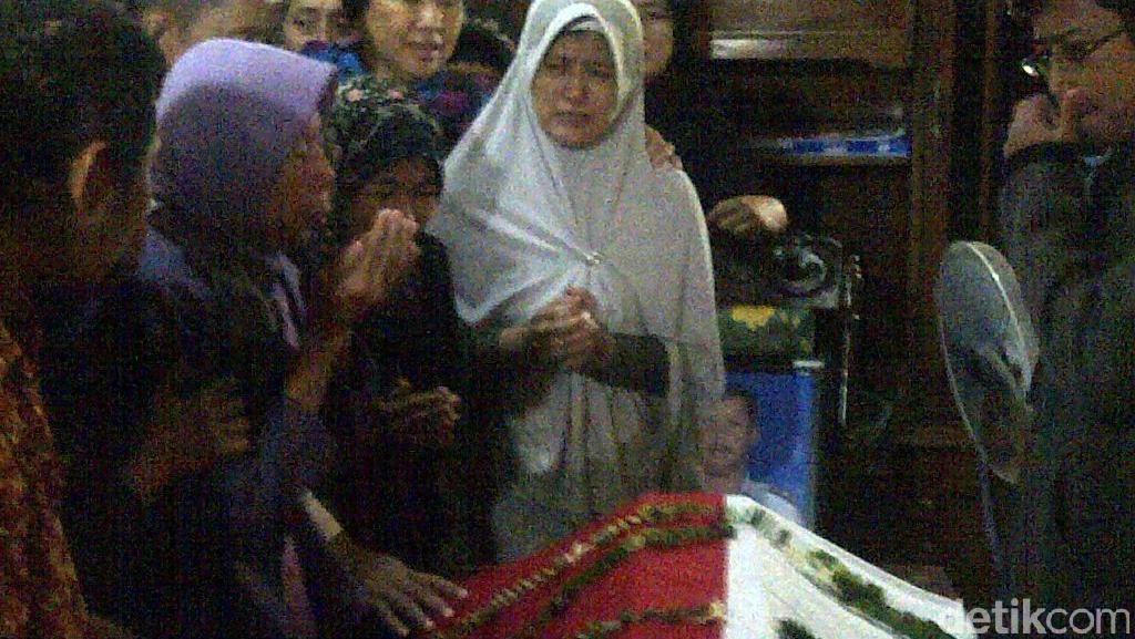 Putri Peltu Ibnu Kohar Menangis Melihat Jenazah Ayahnya Disalatkan