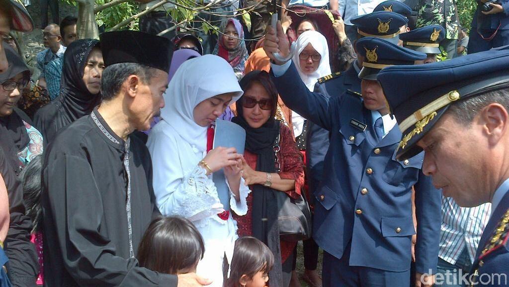Suasana Khidmat dan Haru Iringi Pemakaman Pilot Kapten Sandy