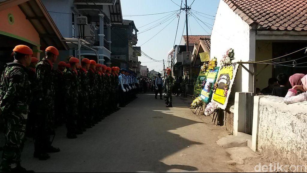 Karangan Bunga Danlanud hingga Panglima TNI Berjajar di Rumah Sertu Aang