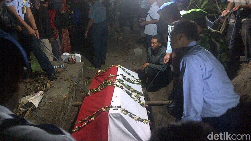 Upacara Militer Iringi Pemakaman Jenazah Peltu Ibnu Kohar di Mojokerto