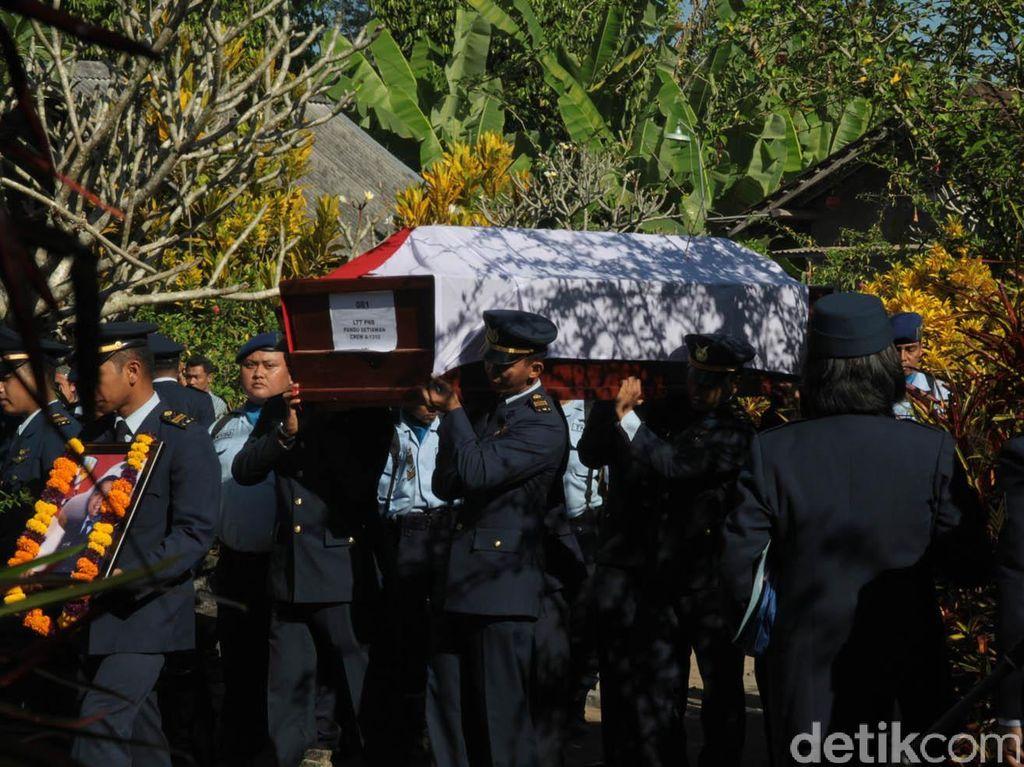 Ribuan Pelayat Lepas Jenazah Kopilot Lettu Pandu ke Pemakaman