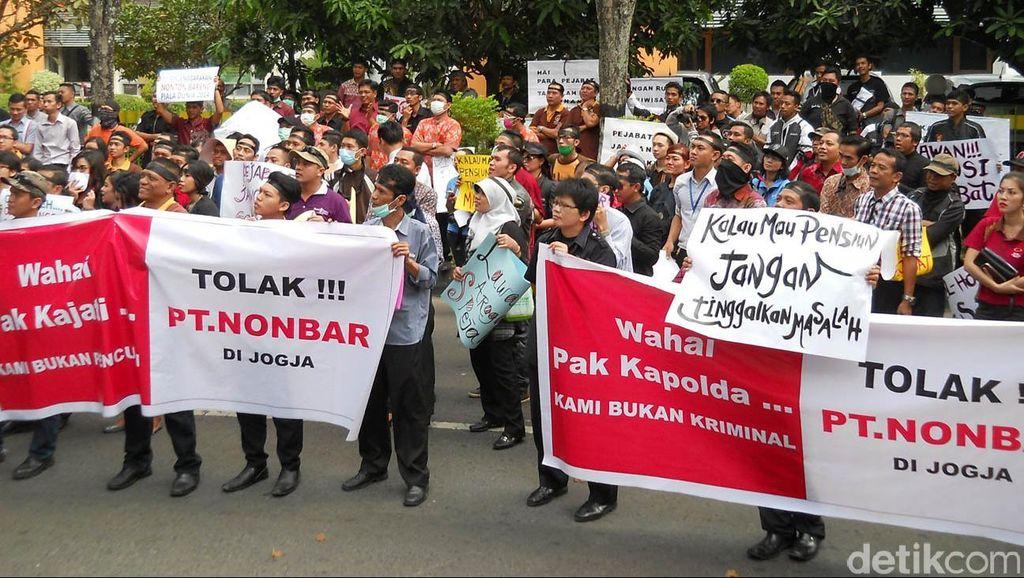 Karyawan Hotel Demo Tolak Kriminalisasi GM Hotel Terkait Tayangan Piala Dunia 2014