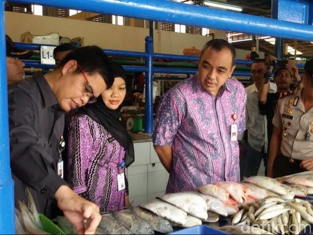 Petugas Gabungan Cek Makanan dan Parcel Kadaluwarsa di Kelapa Dua