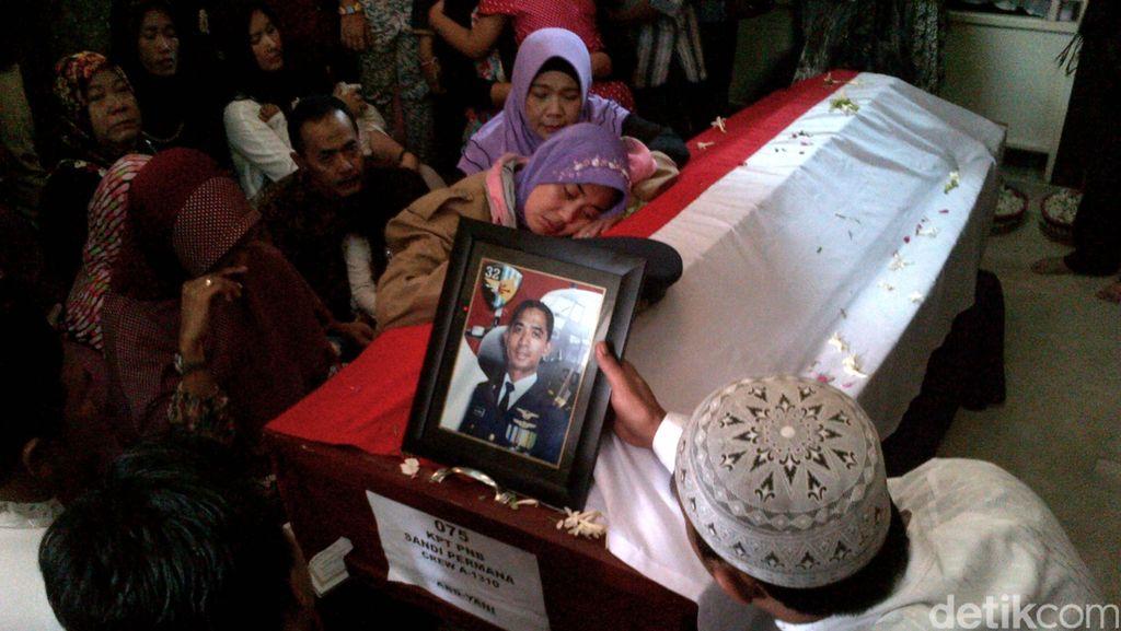 Duka Istri Kapten Sandy Peluk Peti Jenazah Suami Jelang Pemakaman