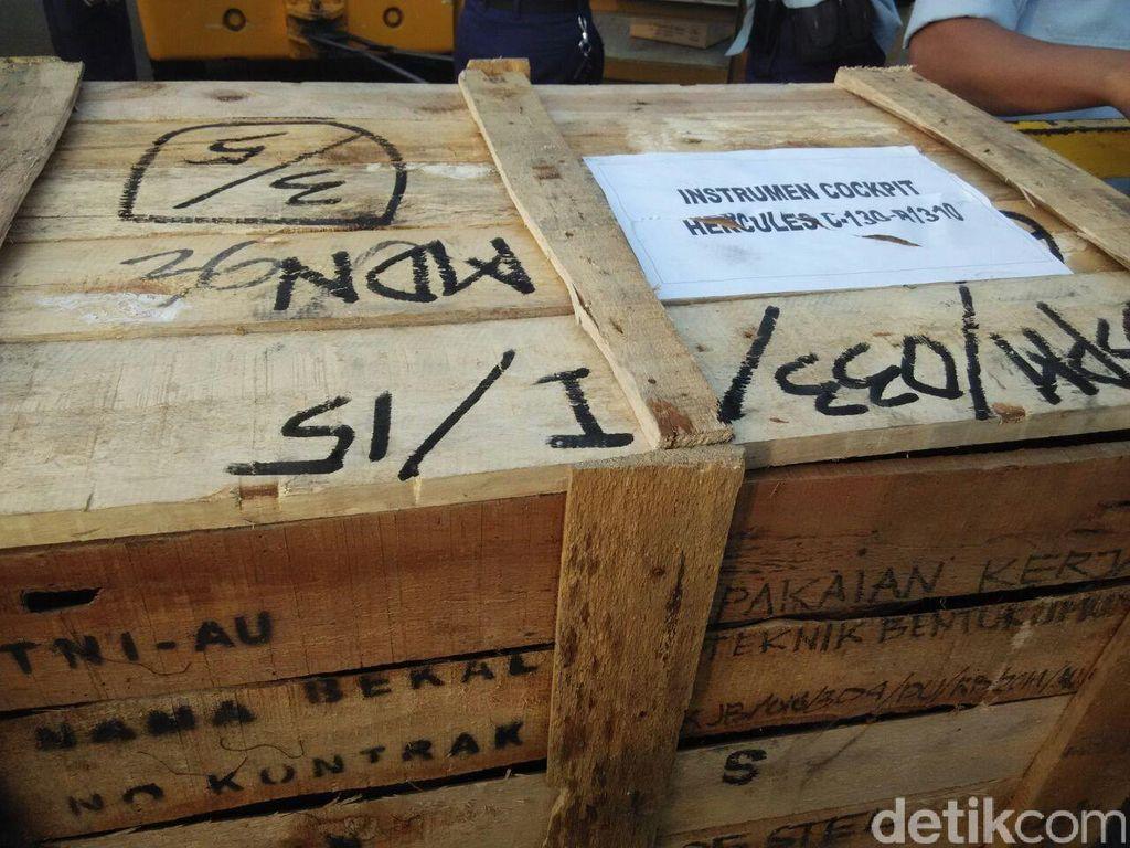 Dua Peti Berisi Instrumen Kokpit Hercules A-1310 Dibawa ke Jakarta