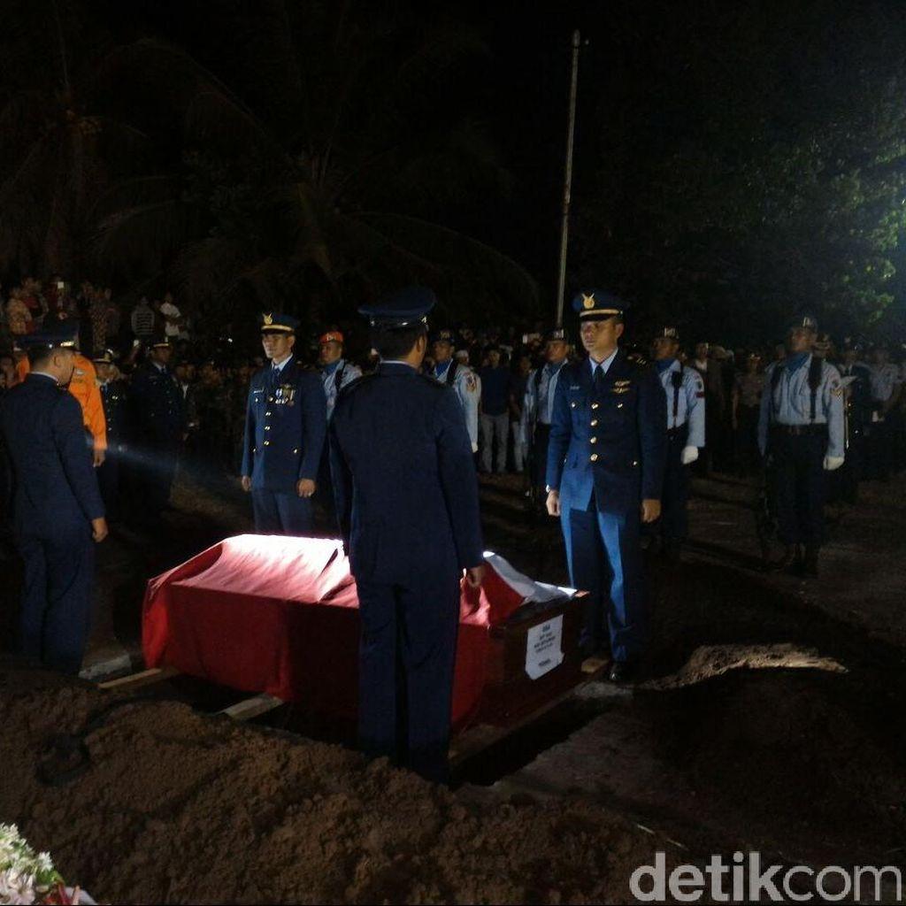 Navigator Hercules Kapten Riri Dimakamkan di TMP Batusangkar