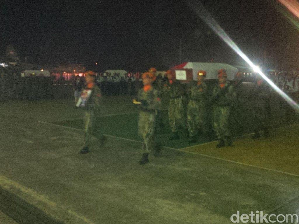 8 Jenazah Kru Lanud Abdulracman Saleh Disemamyamkan di Skadron Udara 32