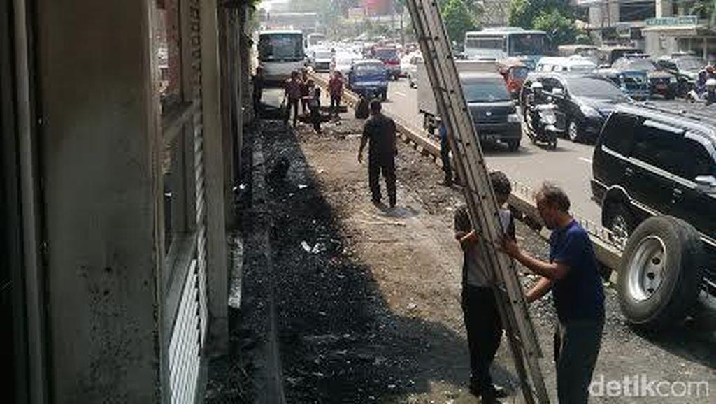 Jalur dan Halte Bus TransJ Salemba UI Mulai Dibersihkan dari Puing Kebakaran