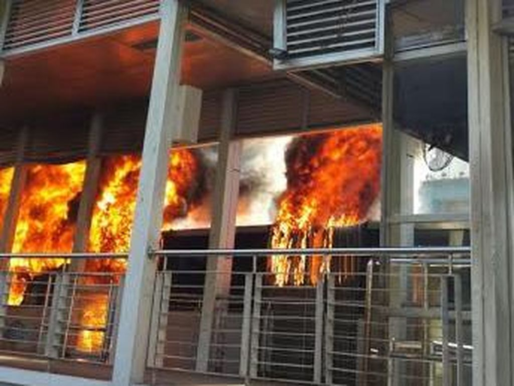 Ada TransJ Terbakar, Lalu Lintas di Jalan Salemba Macet