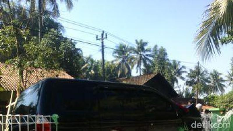 Panther Seruduk Motor dan Pagar Rumah di Banyumas, 2 Orang Tewas