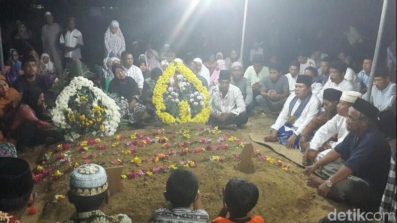 Isak Tangis Selimuti Pemakaman Dua Anak Almarhum Serda Ainul di Pekanbaru