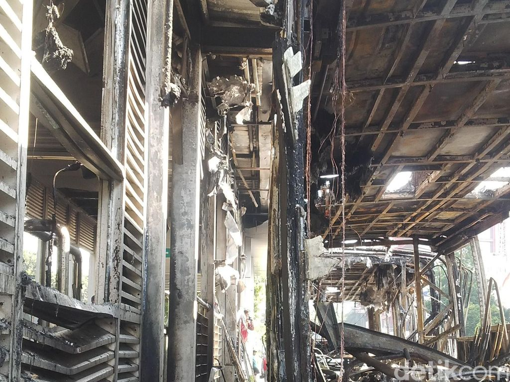 Begini Kerusakan Halte Salemba UI Akibat Bus TransJ Terbakar