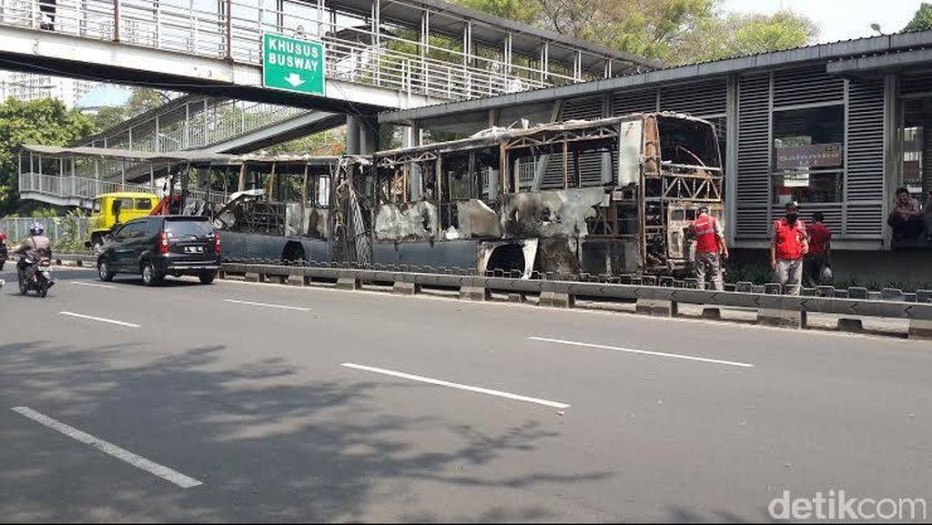 Ban Belakang Rusak, TransJ yang Terbakar di Salemba Sulit Diderek