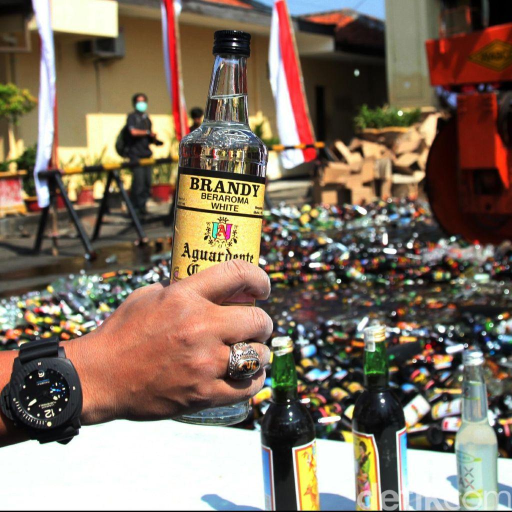 Bulan Puasa, Polres Jakbar Musnahkan 7.002 Botol Miras