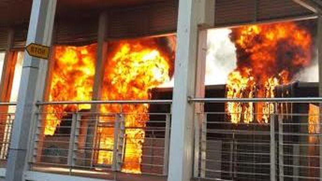 Bus TransJ Terbakar di Halte Salemba, Ledakan Terdengar dan Asap Membubung