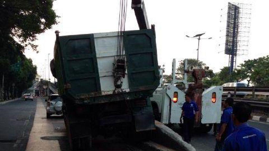 Ada Truk Nyangkut di Separator Busway, Lalin Kuningan Padat