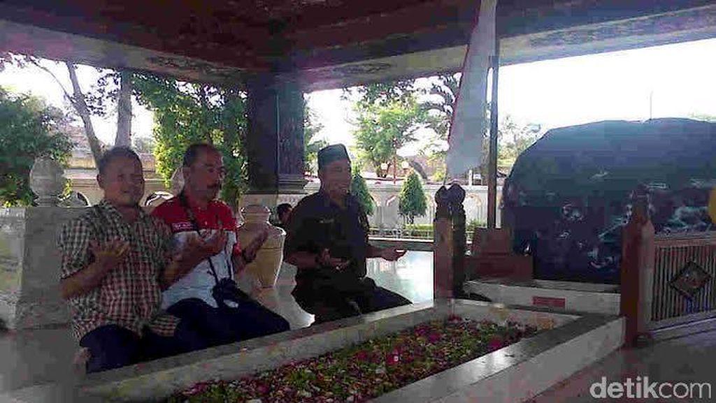 Mengenal Juni Juru Kunci Makam Bung Karno dan Kisah Keluarga Palsu