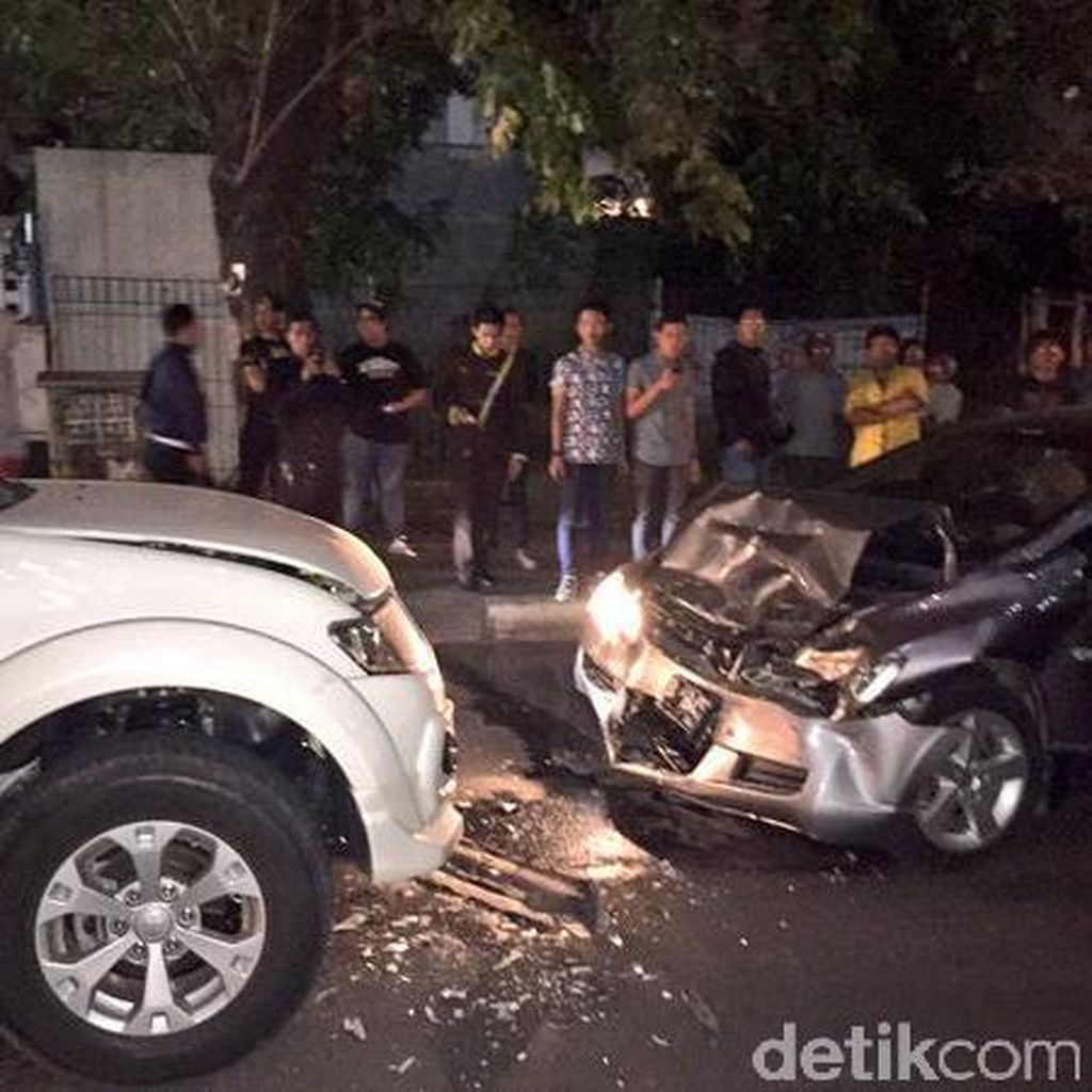 Saksi: Honda Civic Lawan Arah Lalu Tabrak Pajero Sampai Ringsek