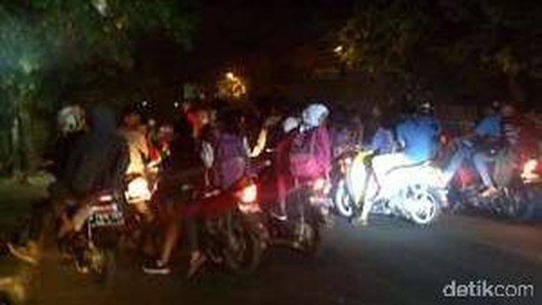 Polisi Bubarkan Tawuran saat SOTR di Samping FX Sudirman