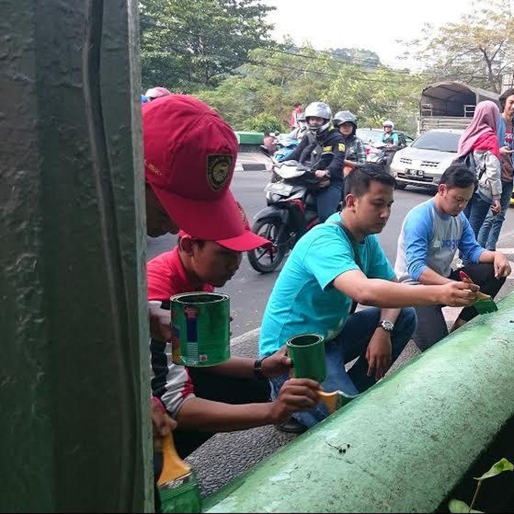 Lawan Vandalisme, Anak Muda Bogor Cat Jembatan Sempur Bareng Bima Arya