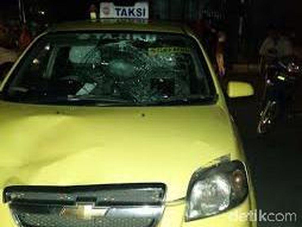 Lawan Arah, Pemotor Luka Parah Tertabrak Taksi di Jl Arteri Pondok Indah