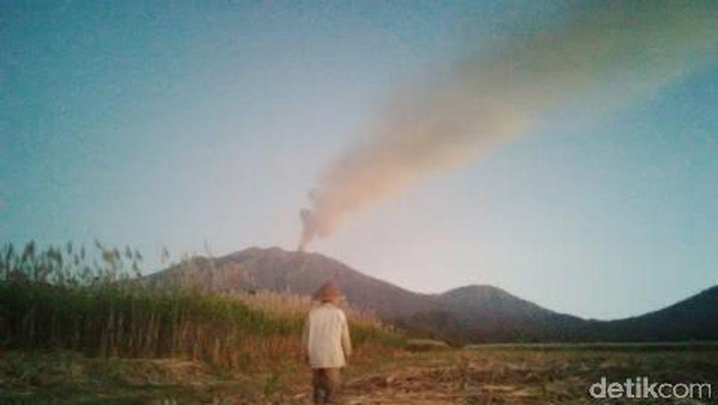 Gunung Raung Muntahkan Abu Vulkanik, Penerbangan Terganggu