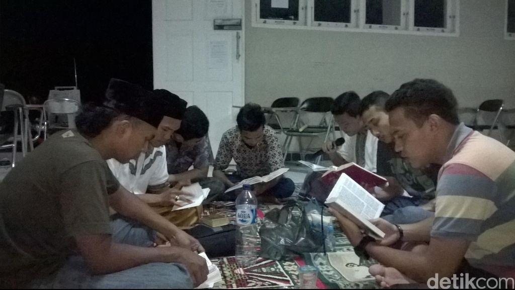 Melihat Mahasiswa Fisip Unsyiah Bertadarus di Kampus pada Malam Ramadan