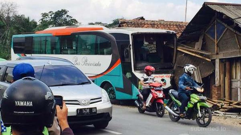 Diduga Rem Blong, Bus Pariwisata Tabrak Rumah di Megamendung Puncak