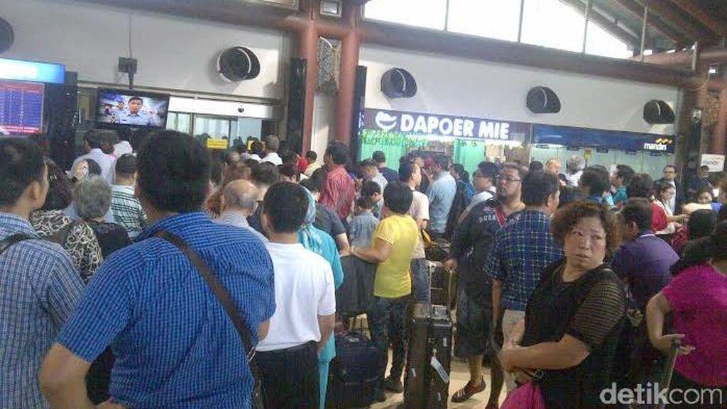 Menumpuk di Terminal 2D Bandara Cengkareng, Calon Penumpang Ngomel