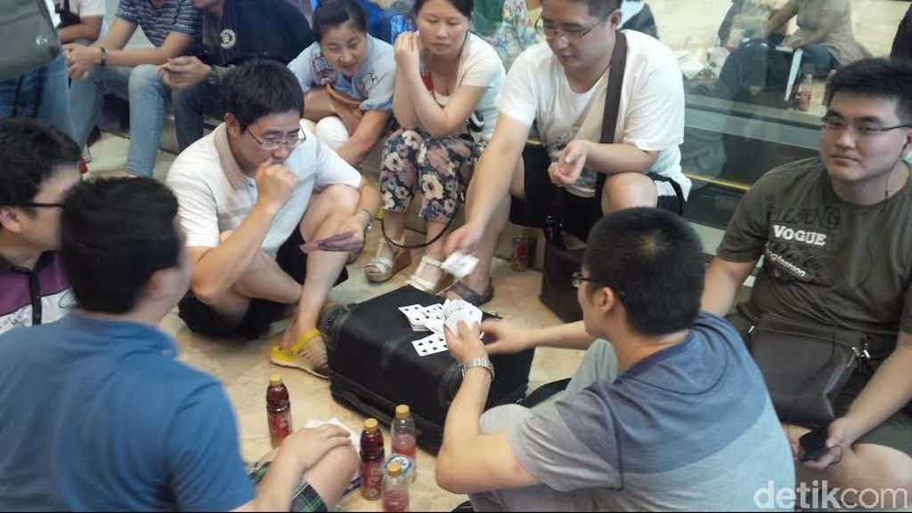 Para Calon Penumpang Ini Asik Main Kartu, Tak Peduli Kesibukan Bandara