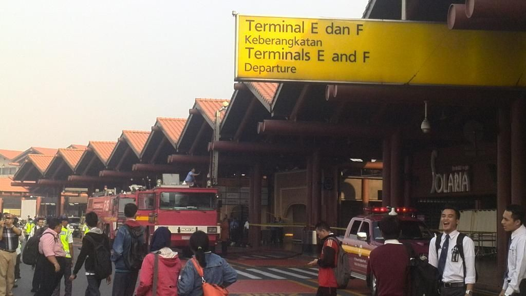 Damkar Masih Berusaha Padamkan Api di Terminal 2E Bandara Cengkareng
