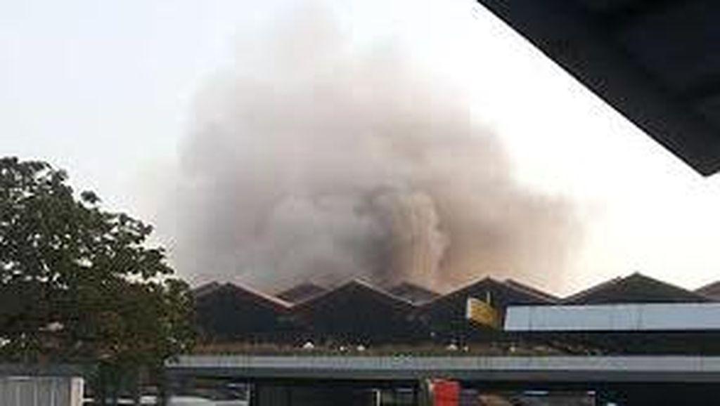 Asap Kebakaran di Bandara Cengkareng Membesar, Pengunjung Diminta Menjauh