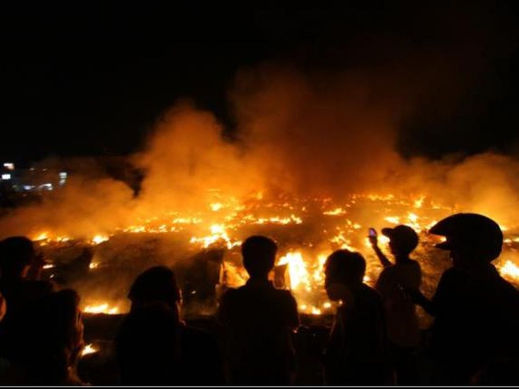 Damkar Berhasil Padamkan Api yang Lalap Gudang Kosong di JL Kartini