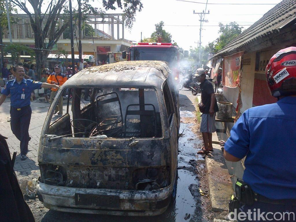 Pulang Dari Bengkel, Angkot di Semarang Terbakar