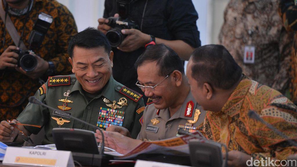 Saat Kepala BIN, Panglima TNI dan Kapolri Tertawa, Lihat Apa Pak?