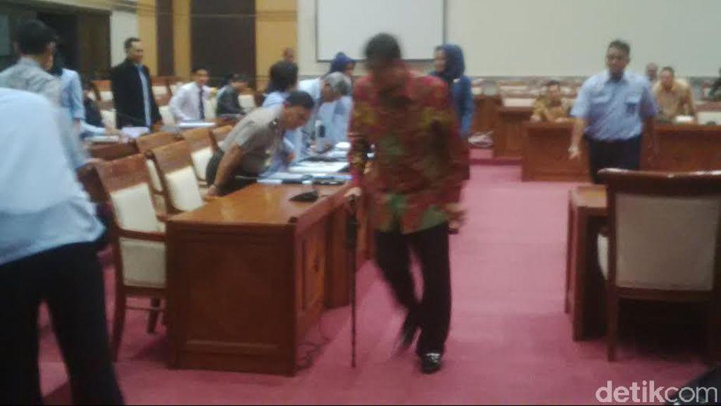 Rapat Soal KUHP dengan Komisi III, Menkum Yasonna Berjalan dengan Tongkat