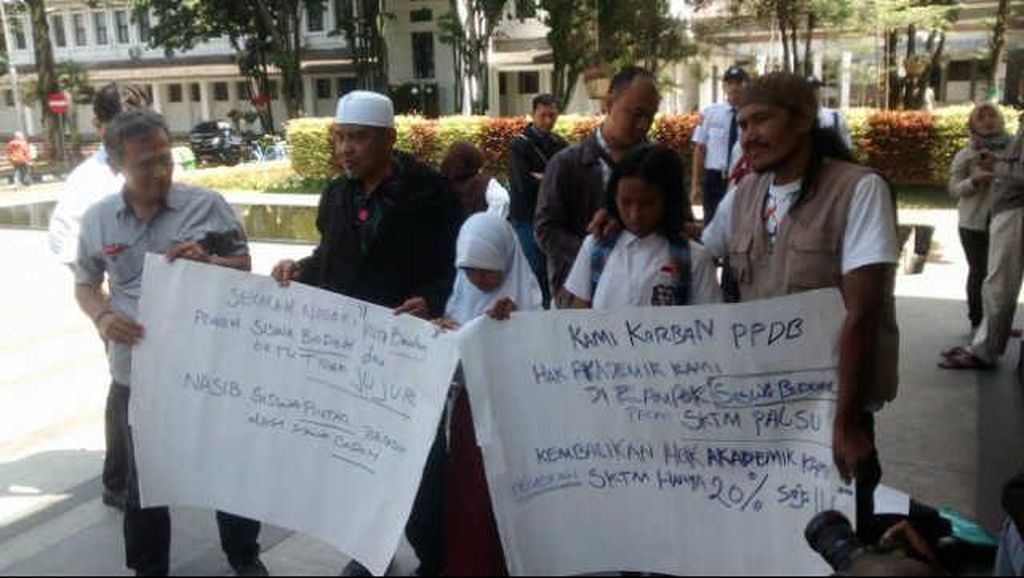Orang Tua Geruduk Kantor Ridwan Kamil Protes Pendaftaran Siswa Baru
