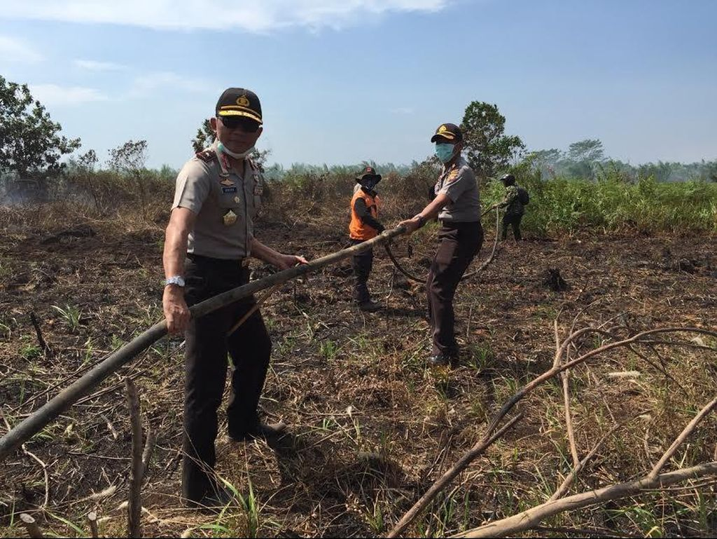 Cegah Asap di Pontianak, Kapolda Kalbar Turun ke Lahan Ikut Padamkan Api