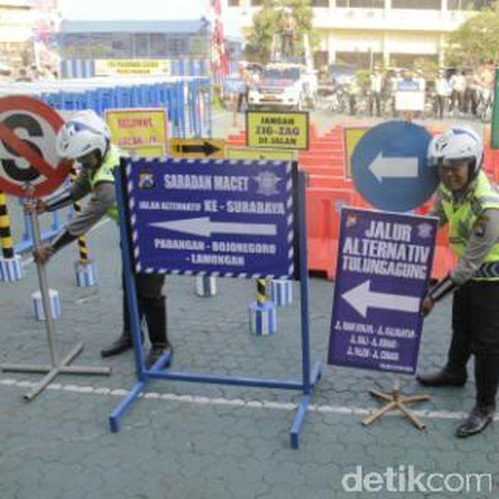 Polda Jatim Sebar 20 Ribu Rambu Lalin di Titik Rawan Laka dan Macet